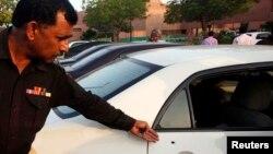 Cảnh sát cho thấy 1 vết đạn trên cửa xe của nhà báo Hamid Mir, tại một bệnh viện địa phương ở Karachi, 19/4/2014