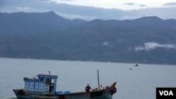 A Vietnamese fishing boat in Cam Ranh Bay, Vietnam. (D. Schearf/VOA)