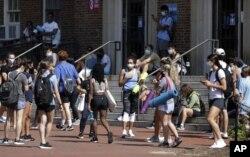Mahasiswa University of North Carolina menunggu di luar Woolen Gym di Chapel Hill, saat mereka menunggu untuk masuk kelas kebugaran, Senin, 17 Agustus 2020. (Foto: Julia Wall/The News & Observer via AP)