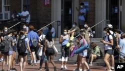17 Ağustos 2020 - ABD'deki Kuzey Caroline Üniversitesi'nde okulun spor salonuna girmek için sıra bekleyen öğrenciler