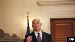 Thủ tướng Papandreou kêu gọi các nhà lập pháp thông qua các biện pháp cắt giảm chi tiêu, tăng thuế và bán tài sản quốc gia ông đề nghị
