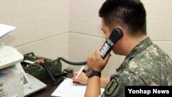 남북한이 개성공단 출입경 인원을 통보하는데 이용되던 서해지구 군 통신선을 복구한 가운데, 6일 한국측 군 관계자가 시험통화를 하고 있다.