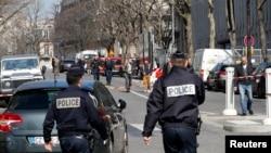 16일 폭탄 편지가 폴발한 프랑스 파리의 국제통화기금(IMF) 사무소 앞을 경찰이 지키고 있다.