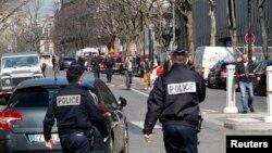 Cảnh sát tập trung bên ngoài văn phòng IMF ở Paris sau vụ nổ bom thư ngày 16/3/2017.