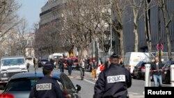 Polisi berjaga di luar kantor Dana Moneter Internasional (IMF) di Paris, Perancis, 16 Maret 2017. (REUTERS/Philippe Wojazer)
