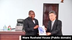 Prezida w'Uburundi Evariste Ndayishimiye kumwe na Ambassaderi ImaI Masahiro, aserukira Ubuyapani mu Burundi.
