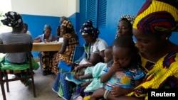 Trẻ em chờ để khám sức khỏe tại một trung tâm y tế trong làng Gbangbegouine, Côte d'Ivoire