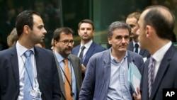 7일 그리스의 유클리드 차칼로토스 신임 재무장관(오른쪽 두번째)이 유럽존 재무장관 회의를 위해 벨기에 브뤼셀의 유럽연합 건물로 들어서고 있다.
