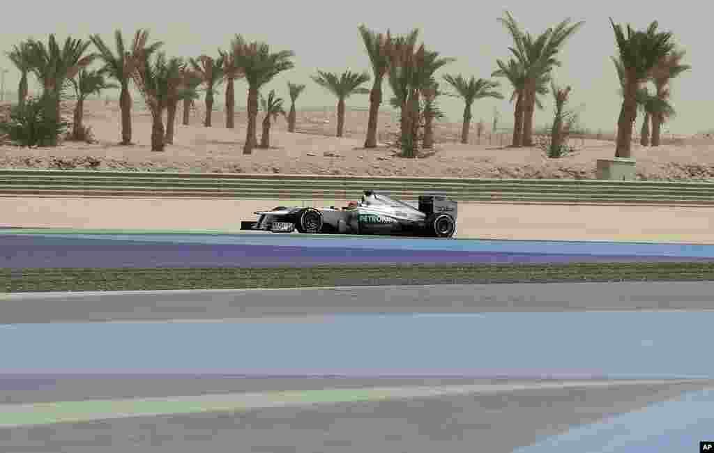 El siete veces campeón del mundo, Michael Schumacher, piloto de Mercedes, inicia su auto durante la práctica del circuito internacional en Sakhir, Bahréin.