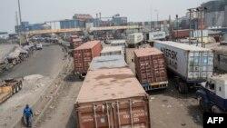 Des camions en file indienne au port de Lagos, le 31 janvier 2018.