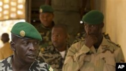 ຮ້ອຍເອກ Amadou Sanogo (ຂ້າງຊ້າຍ) ຫົວໜ້າກໍ່ລັດຖະປະຫານໃນມາລີ. ວັນທີ 1 ເມສາ 2012D