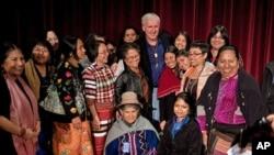 Redatelj filma Avatar, James Cameron, s nekim od domorodačkih predstavnika koji su nazočili prikazivanju njegovog filma