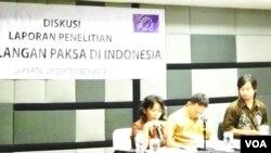 Diskusi laporan penelitian penghilangan paksa di Indonesia yang dilakukan oleh Elsam. Dari kanan: Papang Hidayat (Kontras), Mugiyanto (Ketua IKOHI), dan Theodora J. Erlijn (peneliti Elsam) (Foto: VOA/Fatiyah).