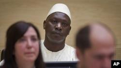 Thomas Lubanga (katikati) akisubiri hukumu yake katika mahakama ya ICC huko the Hague.
