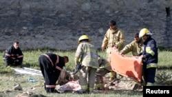 아프가니스탄 카불 당국자들이 5일 연쇄폭탄테러 현장에서 희생자들을 수습하고 있다.