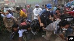 26일 방글라데시 건물 붕괴 현장에서 구조대가 구조 작업을 벌이고 있다.