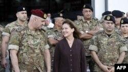 الیزابت ریچارد، سفیر آمریکا با ژنرال عون (چپ) صحبت می کند