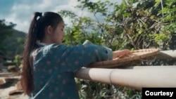 """中国乡村视频达人现象并非仅仅属于李子柒一人,事实上,它正在属于一个群体。图为仅油管就有五百万粉丝的云南""""滇西小哥""""。这是她在一集视频中制作云南食品的画面。(图片为YouTube截屏)"""