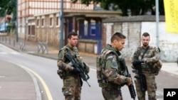 ماموران پلیس فرانسه در نزدیکی محل حادثه