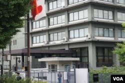 插着日中、日韩国旗欢迎中韩首脑访日的外务省 (美国之音记者歌篮拍摄)