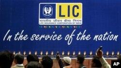 ផ្លាកសញ្ញានៃក្រុមហ៊ុនធានារ៉ាប់រងជីវិតធំជាងគេបង្អស់របស់ប្រទេសនេះ ឬជាភាសាអង់គ្លេសថា Life Insurance of India។