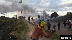 Bạo lực bùng ra trên biên giới giữa Venezuela và Brazil hôm 23/2.