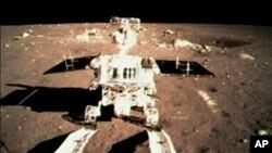 Первый китайский луноход съезжает на лунную поверхность. 15 декабря 2013 г.