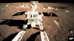 Hình ảnh từ video cho thấy xe thăm dò mặt trăng đầu tiên của Trung Quốc chạm xuống bề mặt mặt trăng và để lại dấu xe lún sâu trên mặt đất xốp hôm 15/12/2013