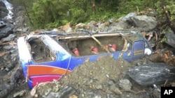 台灣每有暴雨襲擊全島,道路常堵塞和塌方﹐圖為2010年10月23日有旅遊巴士被土石流沖走