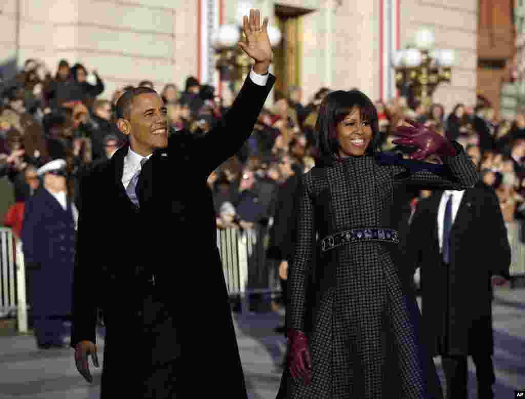 Le président Barack Obama et la première dame, Michelle Obama, sur l'avenue Pennsylvania, près de la Maison-Blanche après la cérémonie d'investiture.