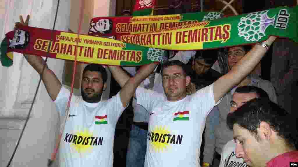 Pro-Kurdish People's Democratic Party (HDP) supporters celebration for their victory, June 8, 2015. (Salih Turan/VOA Kurdish).