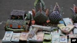 在市场摊子上出售的用委内瑞拉贬值货币制作的手工艺品。(2019年2月6日)
