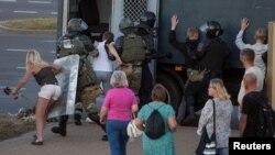 Білоруська поліція затримує людей поблизу місця у Мінську, де 10 серпня загинув учасник протестів. 11.08.2020