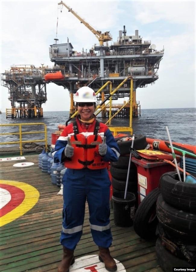 Maria melakukan pekerjaan konstruksi Offshore (dok. pribadi).