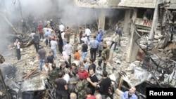 Warga berkumpul di sekitar lokasi ledakan bom di wilayah Mezzeh 86 di Damaskus (5/11). Saudara ketua parlemen Suriah, Mohammed Osama Laham, tewas tertembak saat berkendaraan menuju kantornya di Damaskus, hari ini (6/11).