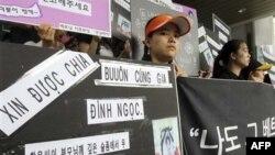 Các cô dâu người nước ngoài biểu tình trước trụ sở của Ủy ban Nhân quyền ở Seoul ngày 20/7/2010 để tưởng nhớ một phụ nữ trẻ tuổi người Việt bị người chồng Hàn Quốc mắc bệnh tâm thần giết chết.