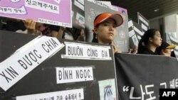 Các cô dâu người nước ngoài biểu tình trước trụ sở của Ủy ban Nhân quyền ở Seoul ngày 20/7/2010 để tưởng nhớ một phụ nữ trẻ tuổi người Việt bị người chồng Nam Triều Tiên mắc bệnh tâm thần giết chết