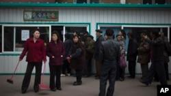 올해 4월 평양 시민들이 식량을 사기 위해 식료품 가게에 줄을 서 있다.
