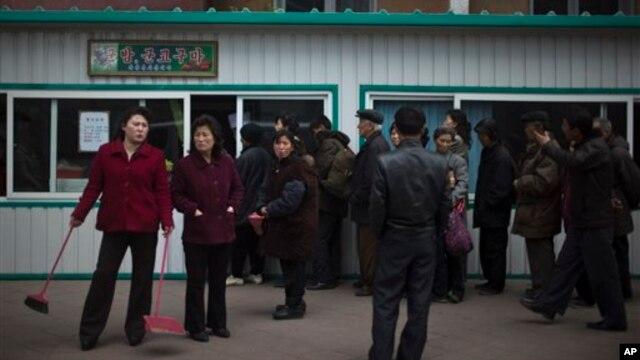 지난 4월 평양 시민들이 식량을 사기 위해 식료품 가게앞에 줄을 서 있다.