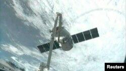 Kapsul SpaceX Dragon mendekati stasiun antariksa internasional (Foto Reuters/NASA: 3/3).
