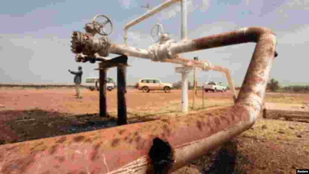 Le champ pétrolier d'El Nar, au Soudan du Sud, bombardé par les Soudanais, 3 mars 2012.