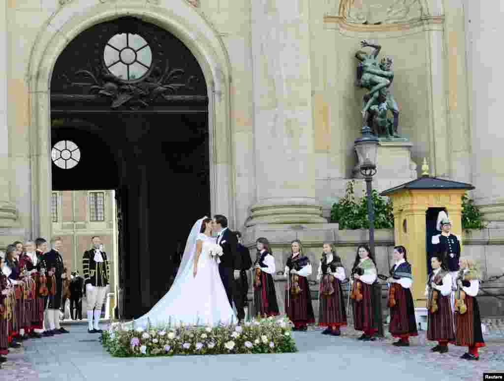 جشن ازدواج پرنسس مادلن سوئدی با کریستوفر اونیل، بانکدار بریتانیایی-آمریکایی در استکهلم.
