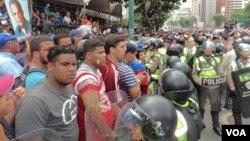 Algunos detenidos fue el saldo de la marcha pacífica convocada por la oposición en Venezuela. [Foto: Alvaro Algarra, VOA].