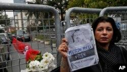 Səudiyyəli jurnalist Camal Xaşuqcinin dostu Səhər Zeki Səudiyyə Ərəbistanının İstanbuldakı konsulluğu qarşısında, 23 oktyabr, 2018.