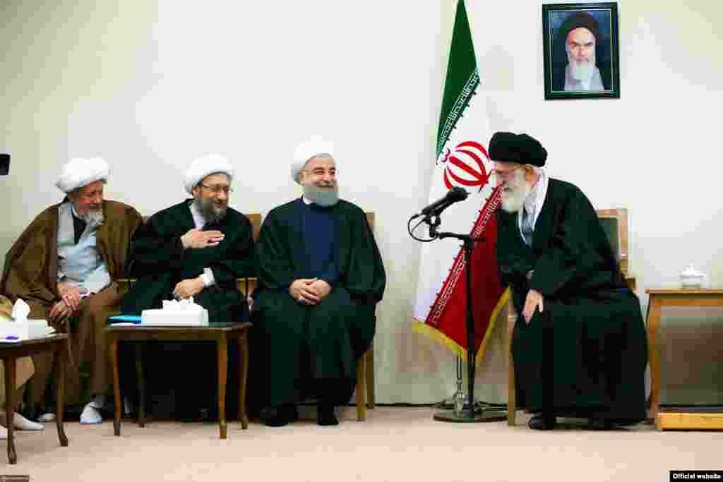 بار دیگر در پایان جلسات خبرگان، آنها به دیدار رهبر ایران رفتند. در حالیکه باید ناظر بر رهبر باشند. آقای خامنه ای هم از دولت و غرب انتقاد کرد و گفت: باید مقابل غرب حالت هجومی داشته باشیم.