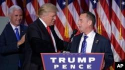 도널드 트럼프 미 대통령 당선인(가운데)이 지난 9일 당선이 확정된 후 뉴욕 선거본부에서 라인스 프리버스 공화당전국위원회(RNC) 의장과 악수하고 있다. 왼쪽은 마이크 펜스 부통령 당선인.