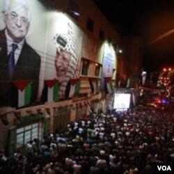 Ribuan warga Palestina di kota Hebron bersorak-sorai menyaksikan pidato Presiden Abbas di PBB melalui televisi layar lebar (23/9).