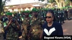Cérémonie en hommage aux troupes africaines par la présidente de la transition centrafricaine Catherine Samba-Panza. (Bagassi Koura/VOA).