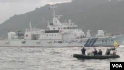 日本活動人士在日本海上保安廳船隻的保護下到釣魚島附近水域從事捕魚及勘察等活動。(視頻截圖)