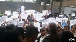 ده ها تن از محصلان پوهنتون هرات امروزبا تجمع در مقابل شفاخانه هرات خواهان پیگیری این موضوع از سوی نیروهای امنیتی شدند.